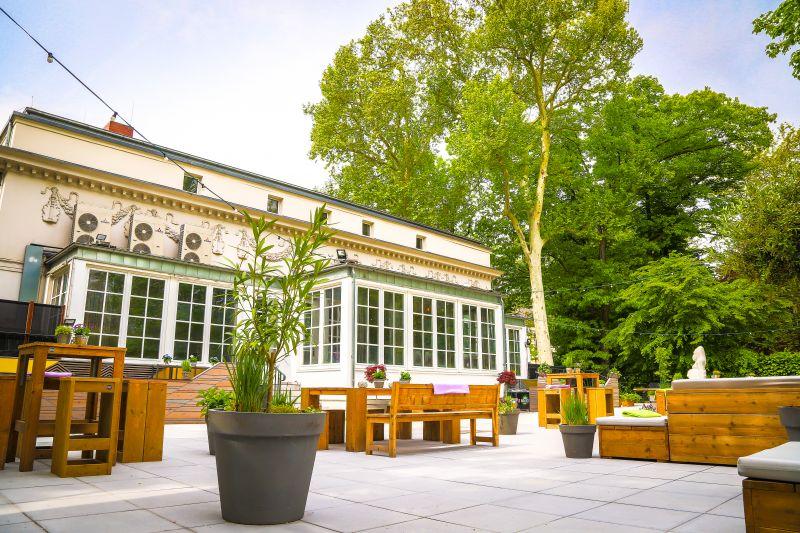 Garten l Terrasse l Blick auf Villa und linke Bar