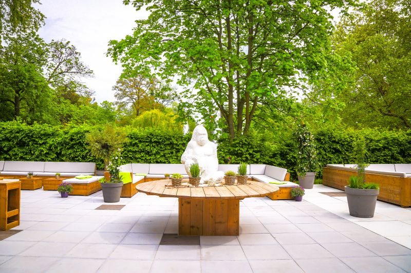 Garten l Terrasse l Runder Tisch mit Figur