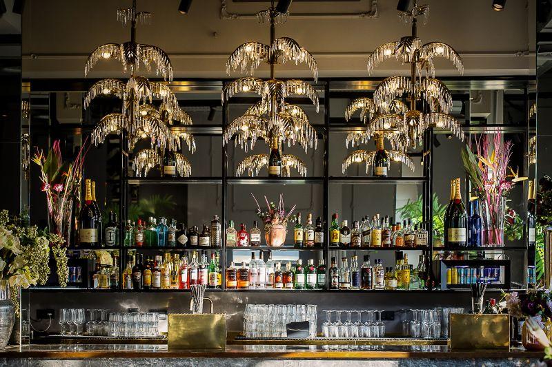 Dekorierte Bar mit Palmenlüster