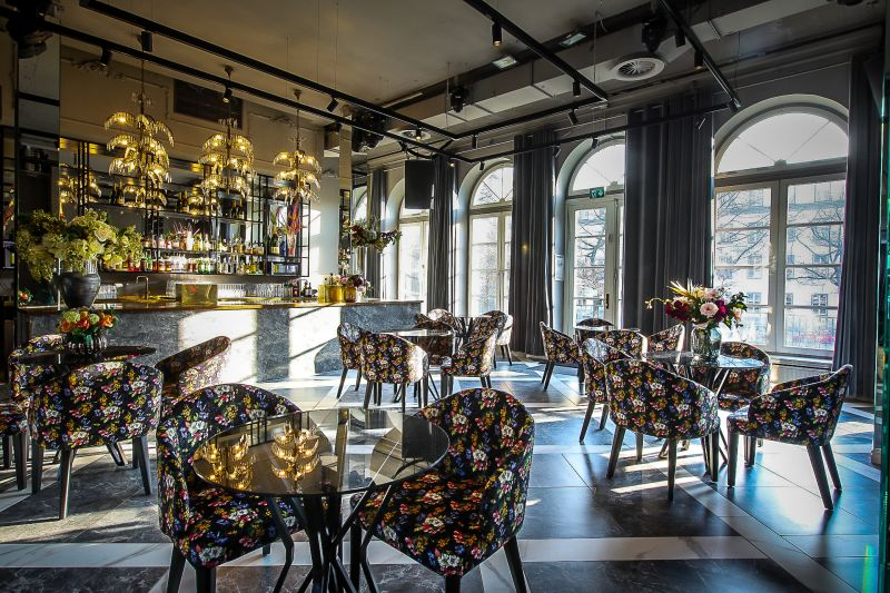 Hauptraum mit Bar und Mobiliar