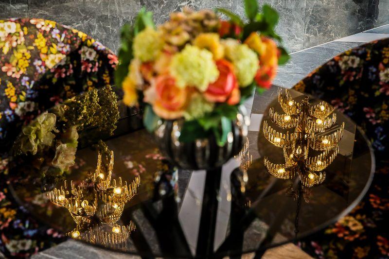 Reflexion der Palmenlüster auf Glastisch mit Loungesesseln